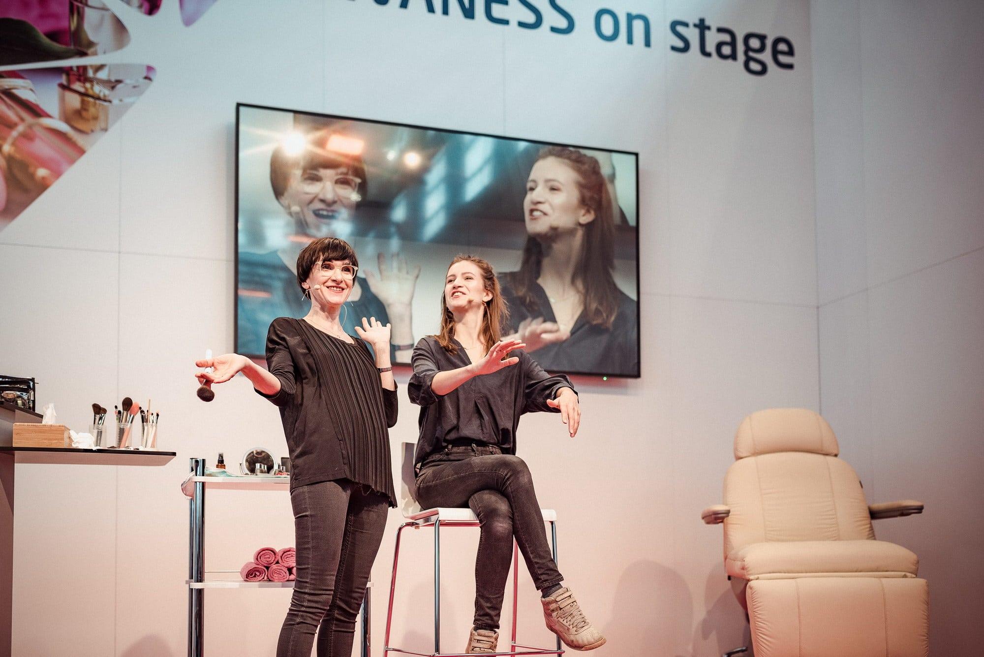 Sprecherinnen Bühne Behandlungsstuhl Frauen Kosmetik