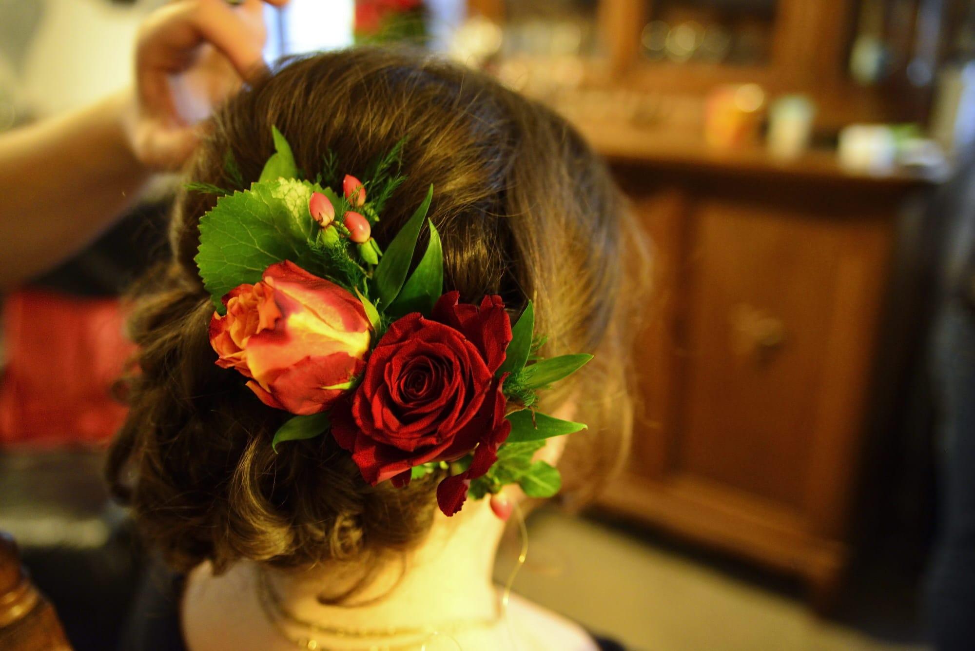 Brautfrisur Haarschmuck Blumen Rosen