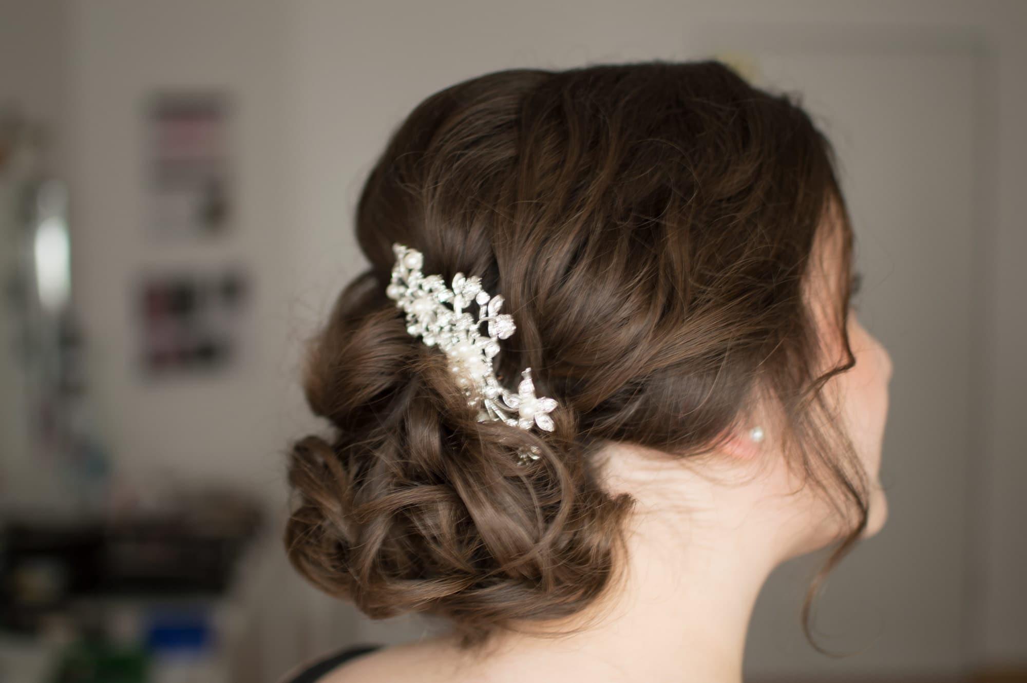 Brautfrisur elegant Haarschmuck locken