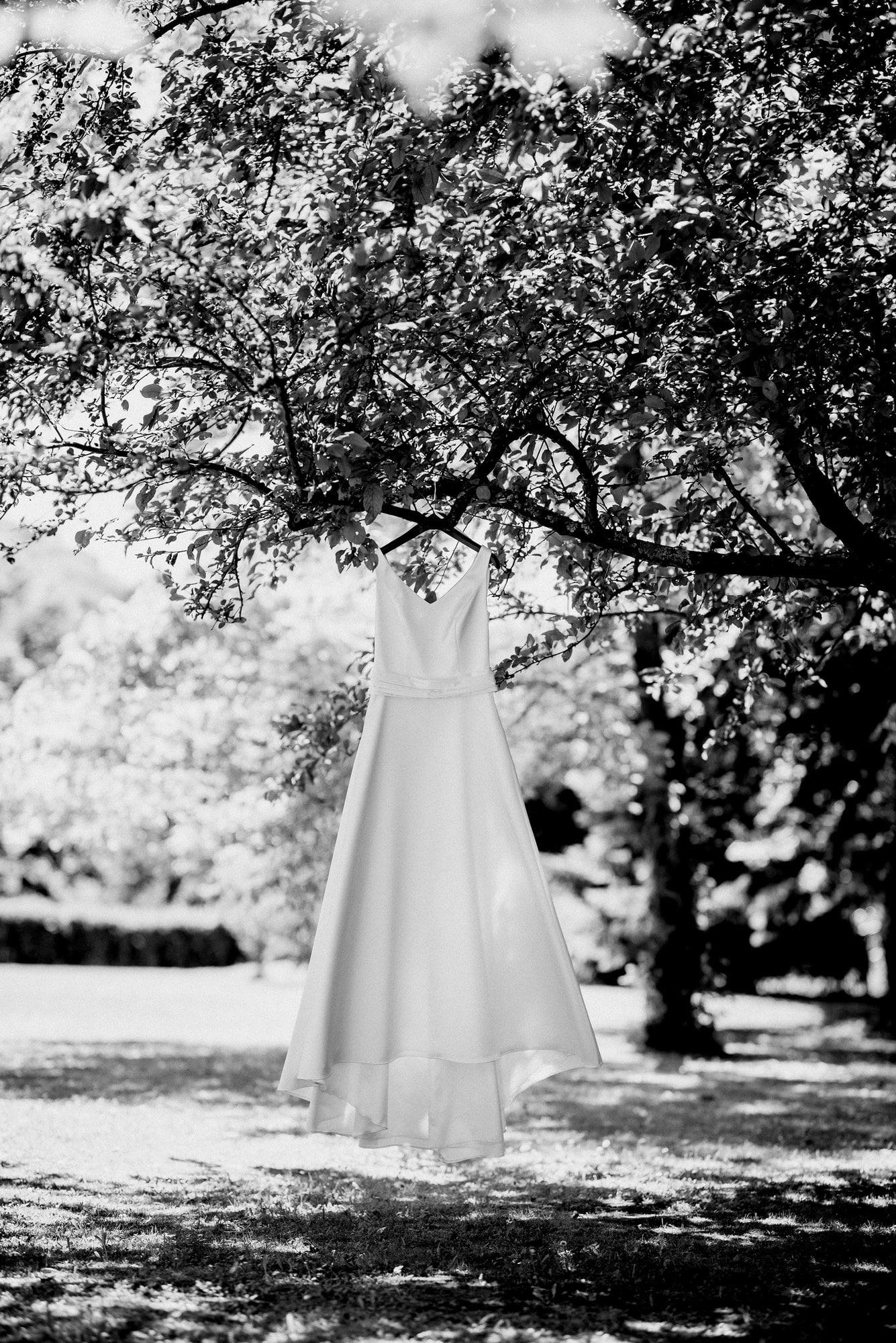 Brautkleid Baum schwarz weiß Blätte Äste