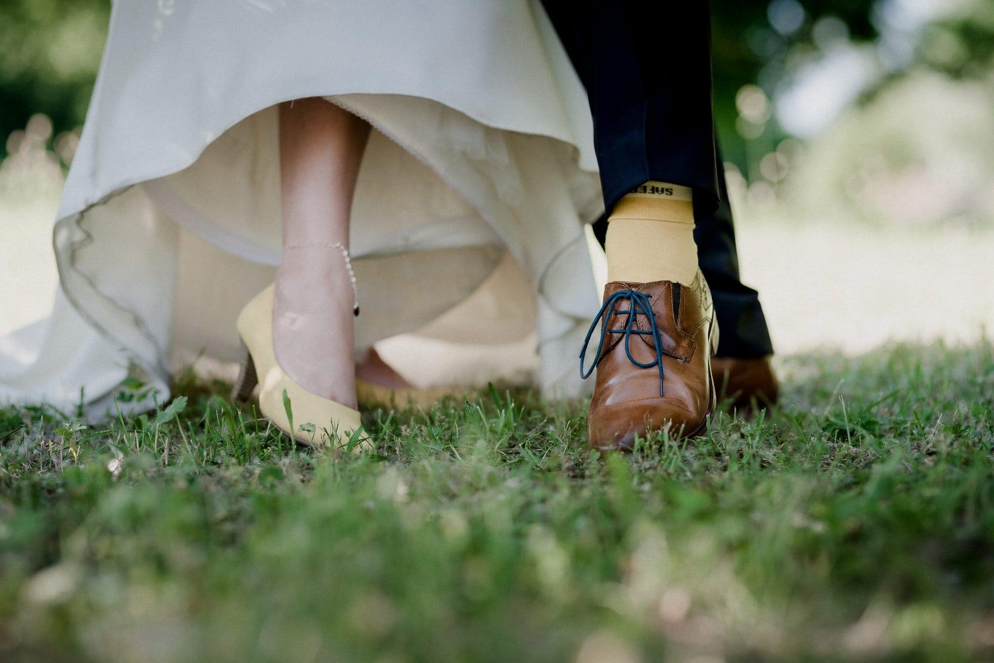 Schuhe Brautpaar Wiese Fußkette