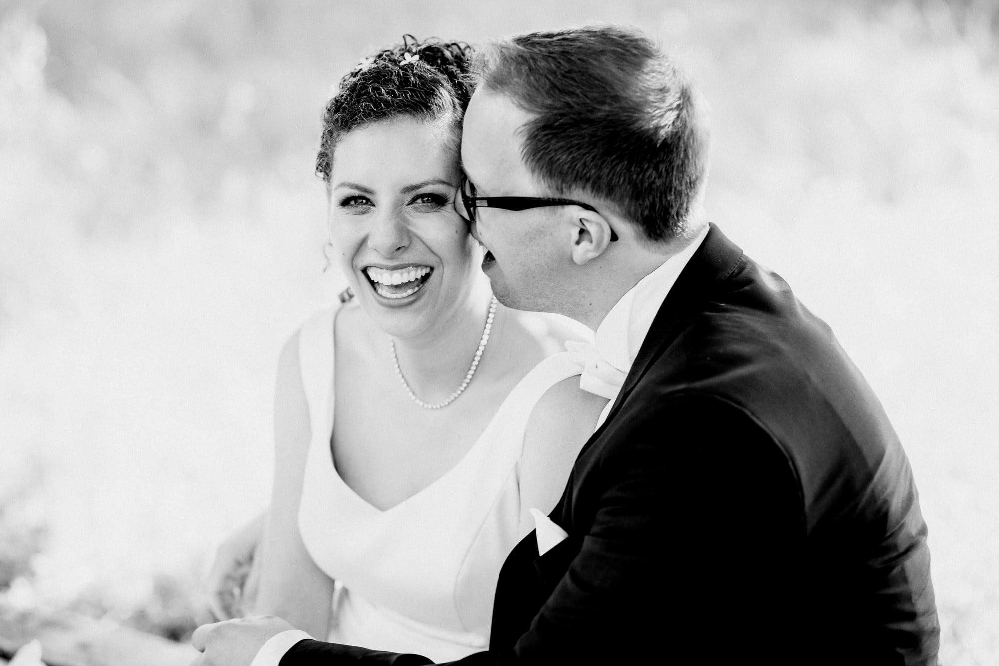 Braut Bräutigam Halskette lachen Fotoshooting