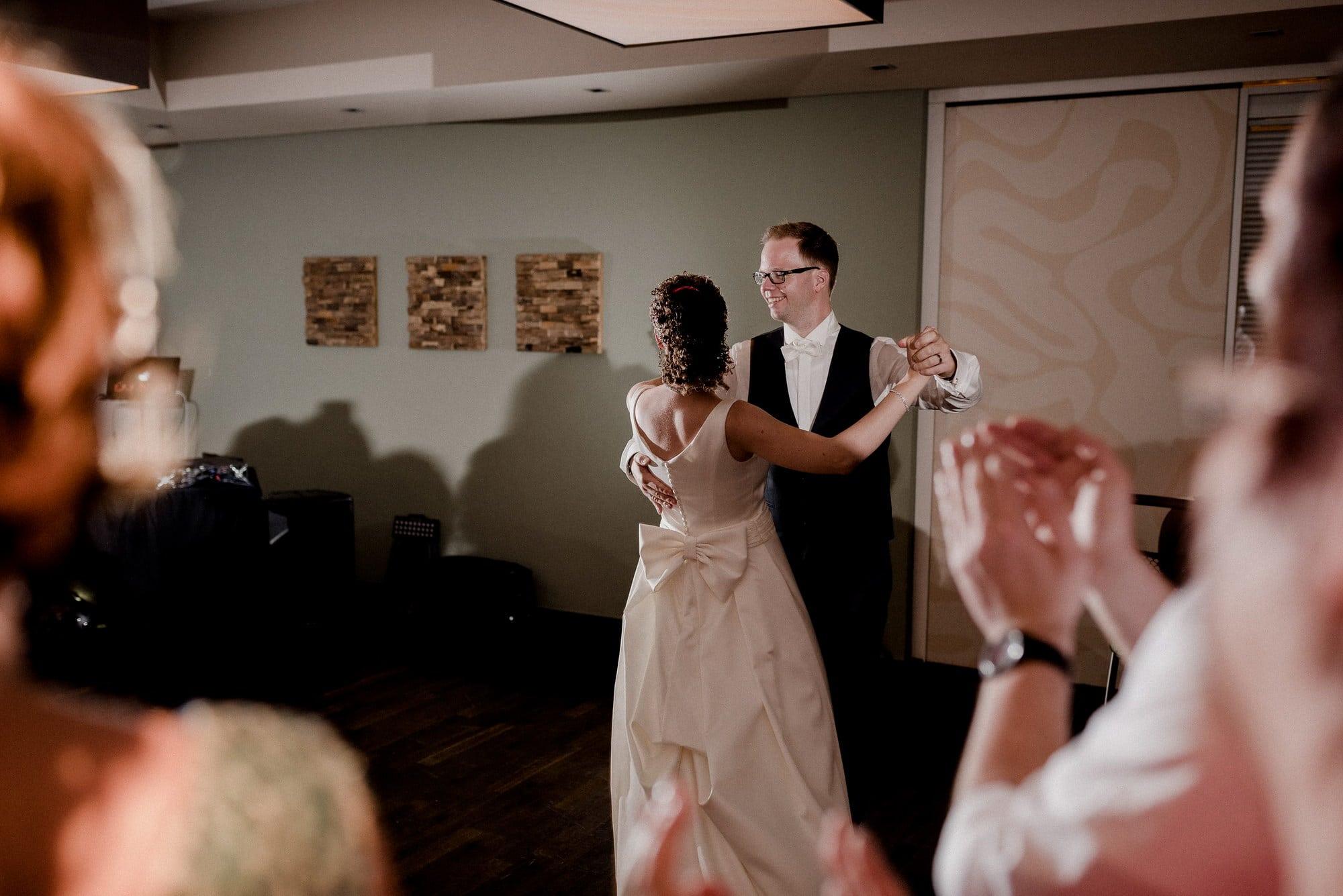 Hochzeitstanz Bräutigam Braut Ehepaar