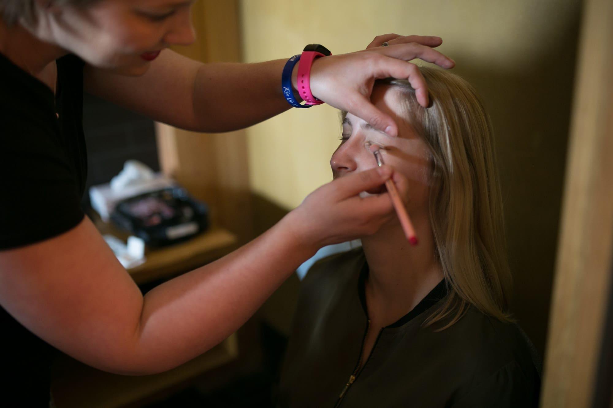 Brautstyling schminken Augenlider Pinsel