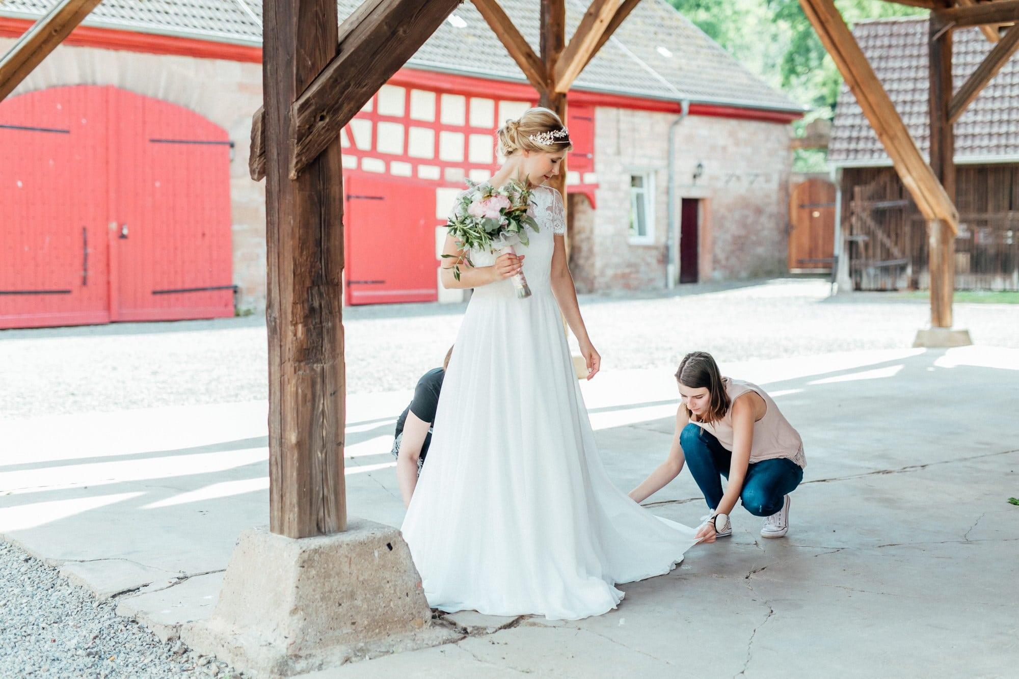 Braut Diadem Schleppe richten Fachwerkhaus Hochzeit