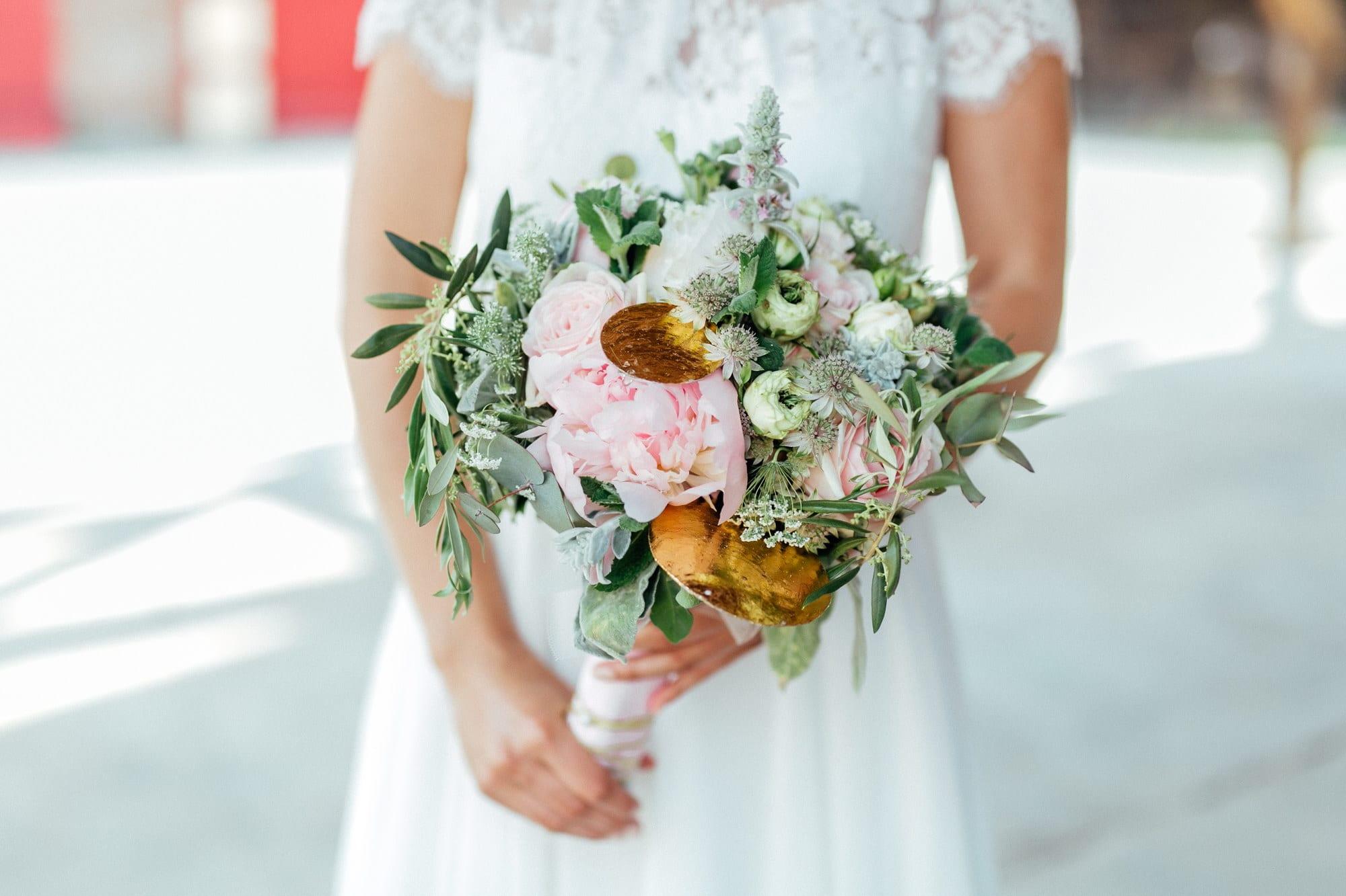 Brautstrauß Braut Hände Hochzeitskleid