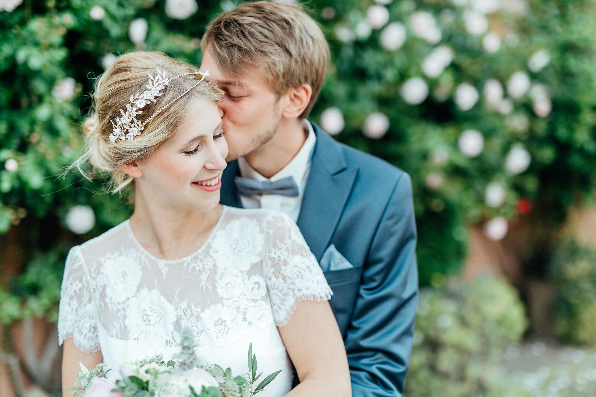 Hochzeit Fotoshooting Haarkranz Blumenstrauß