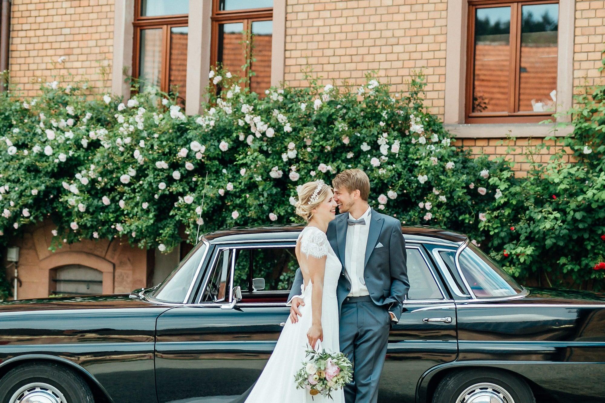 Hochzeitsauto Brautpaar Steinhaus Rückenfreies Hochzeitskleid