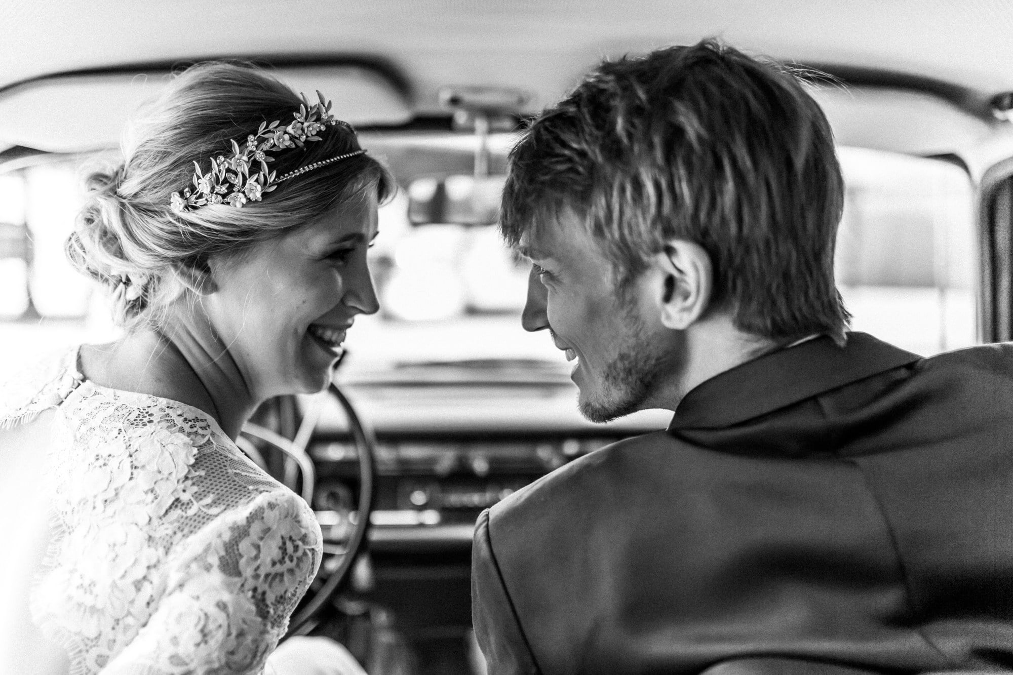 Brautpaar lächeln Frisur Haarkranz