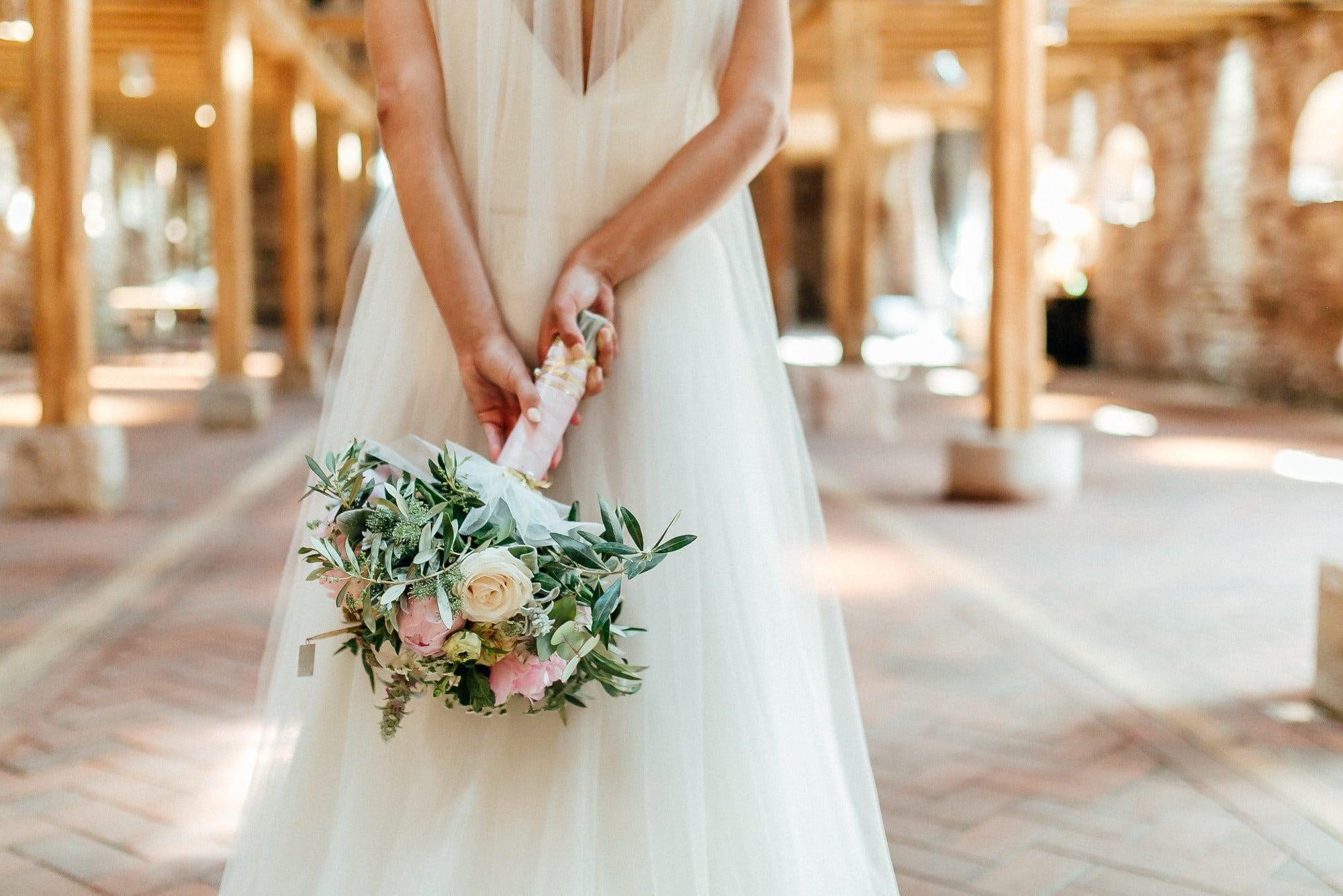 Braut Brautstrauß Rosen Rücken Brautkleid