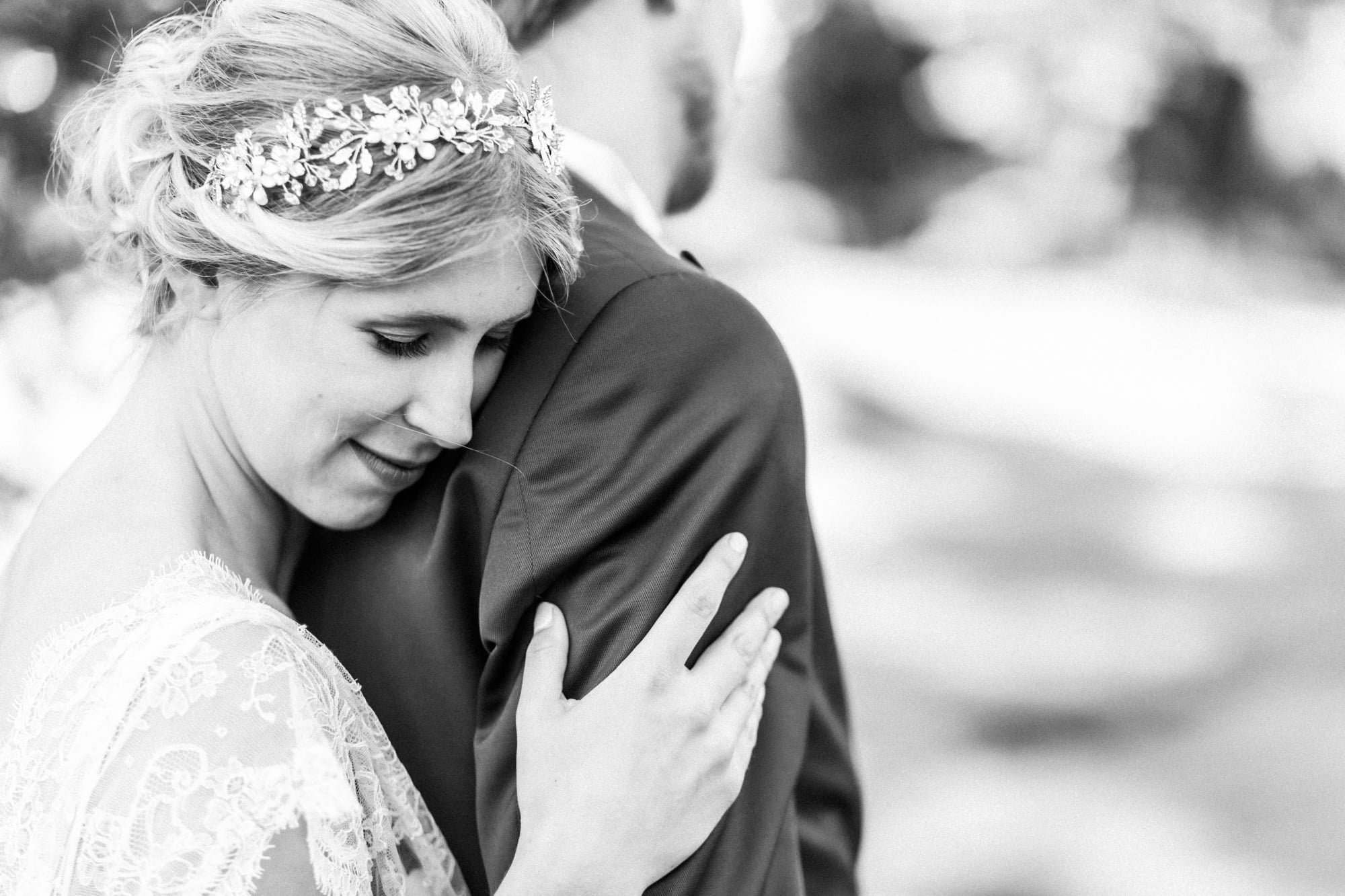 Diadem umarmung Braut schwarz weiß Bild