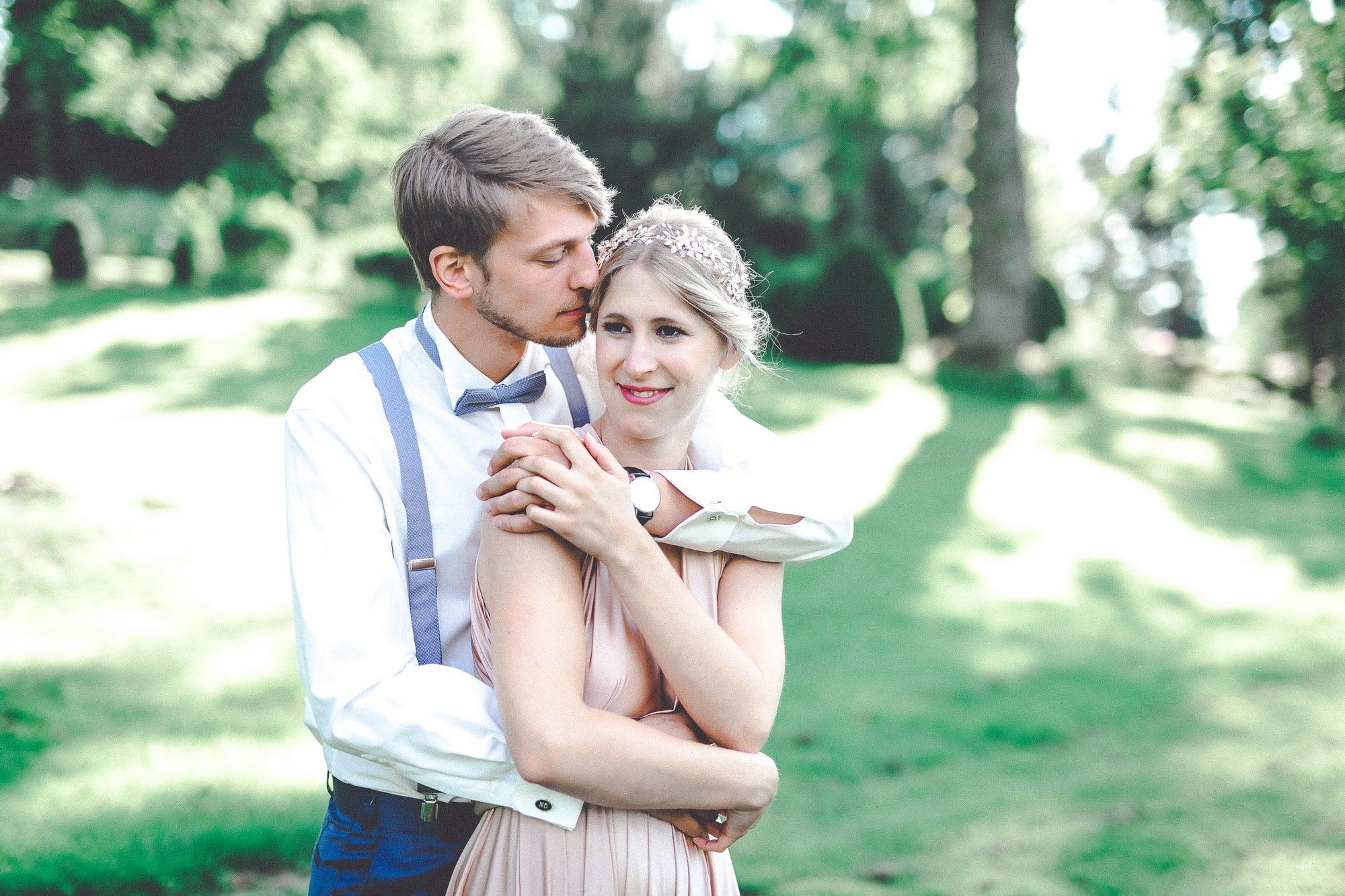 Frau Mann Paar Hosenträger Kleid umarmung