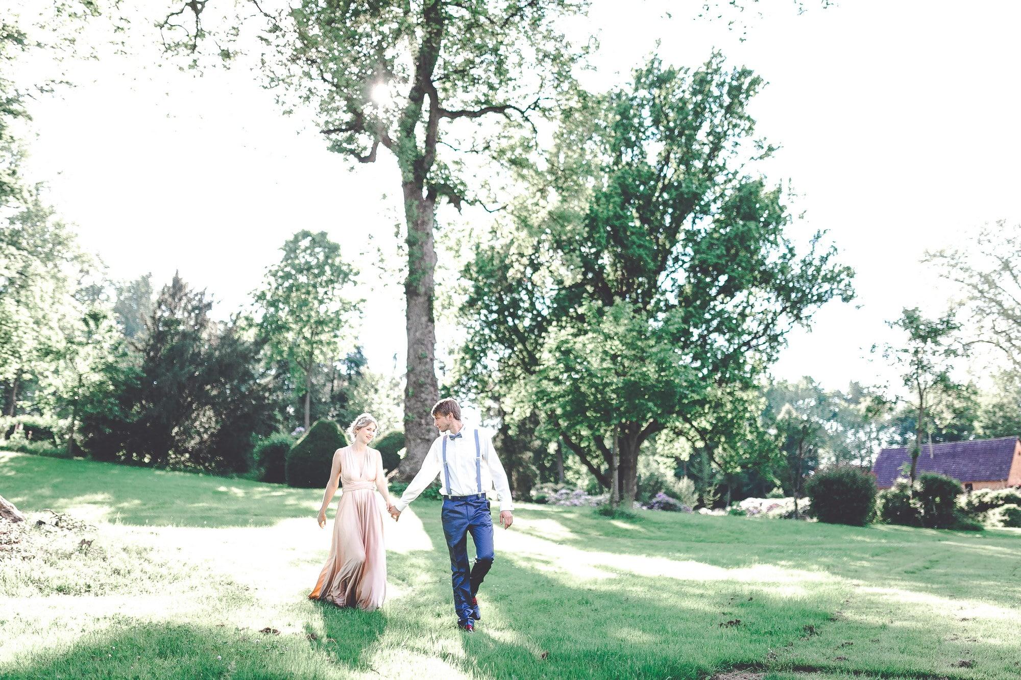 Paarshooting Wiese Bäume Sträucher Kleid Mann Frau