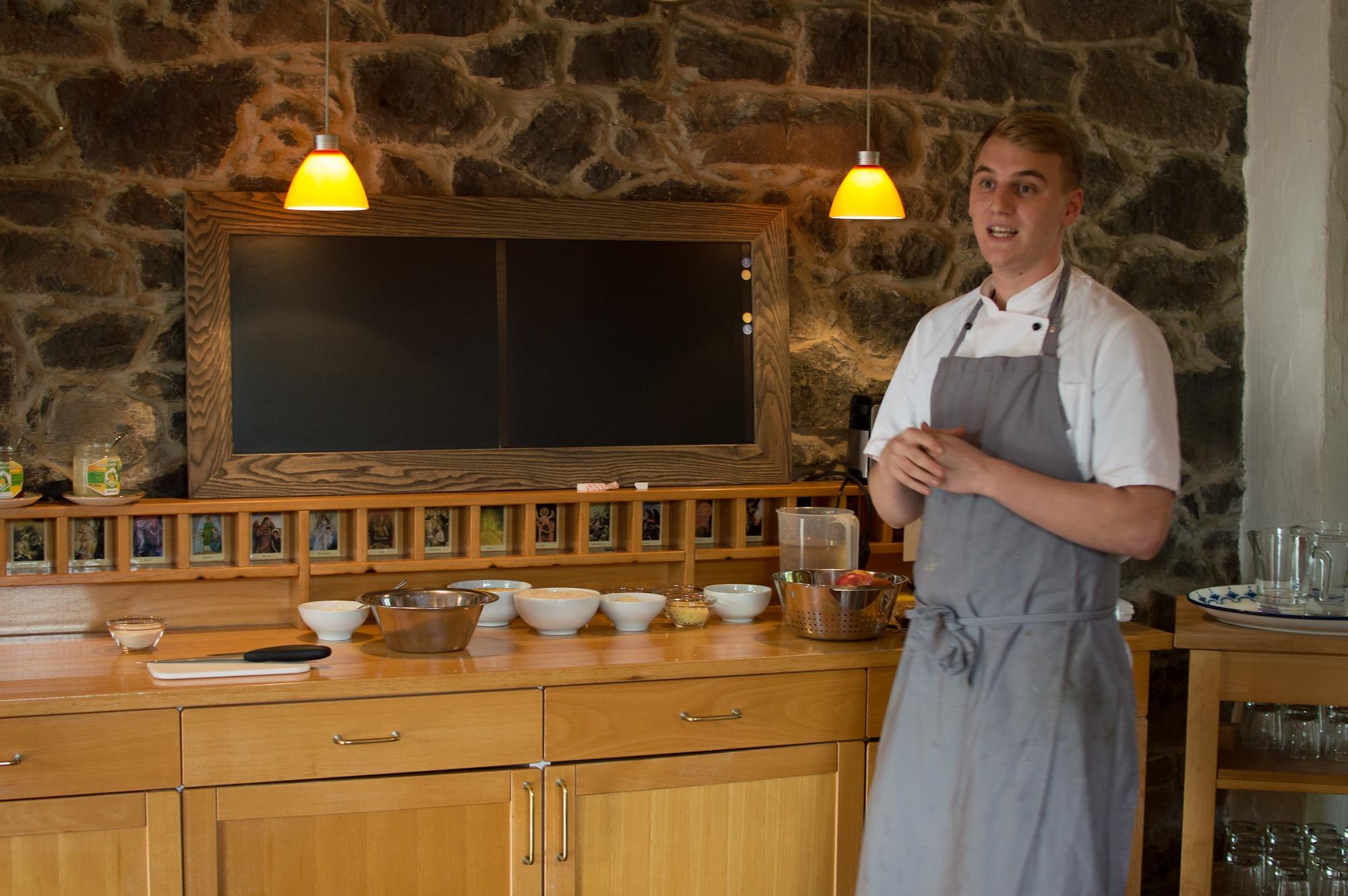 Steinwand Koch Zubereitung Küche Mann Kochschürze