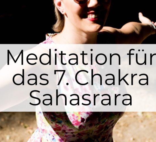Meditation für das 7. Chakra - Sahasrara - Christine lachend und strahlend im Sommer mit Sonnenbrille