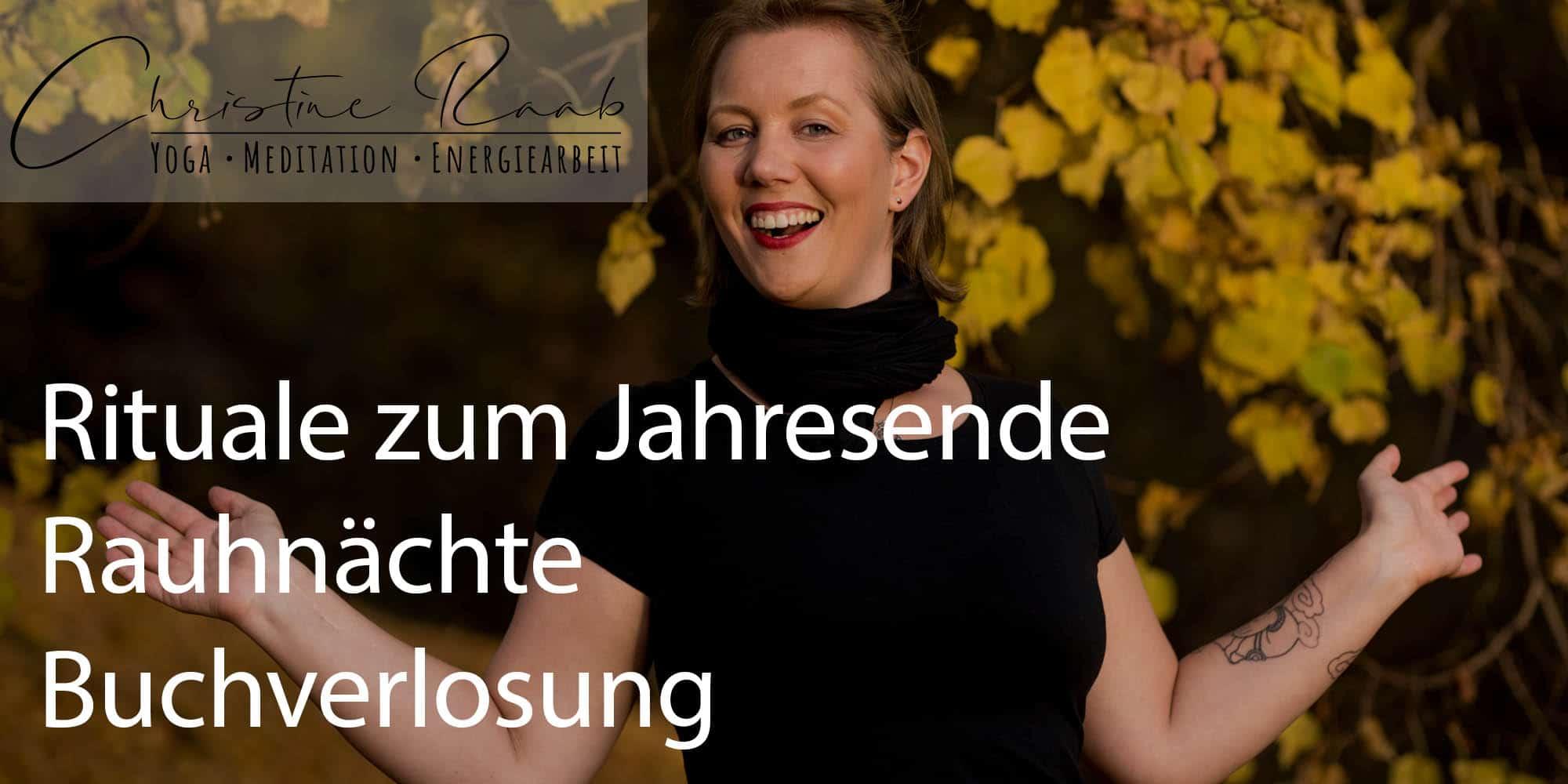Titelbild Rituale zum Jahresende - Rauhnaechte - Buchverlosung - Christine Raab im Herbst lachend