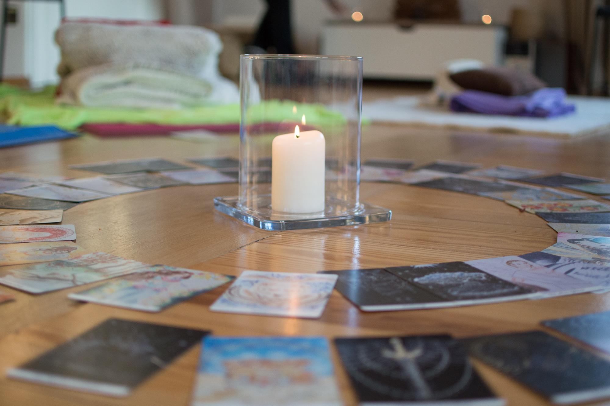 Kerze und Orakelkarten um die Raummitte zu gestalten fuer die Raumenergie