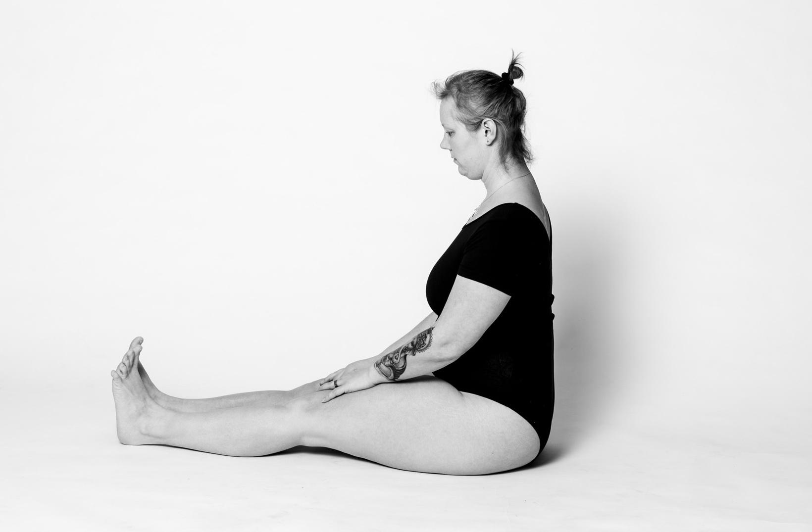 Langsitz Stockhaltung Yoga Asana Christine Raab Dandasana schwarz weiß Body