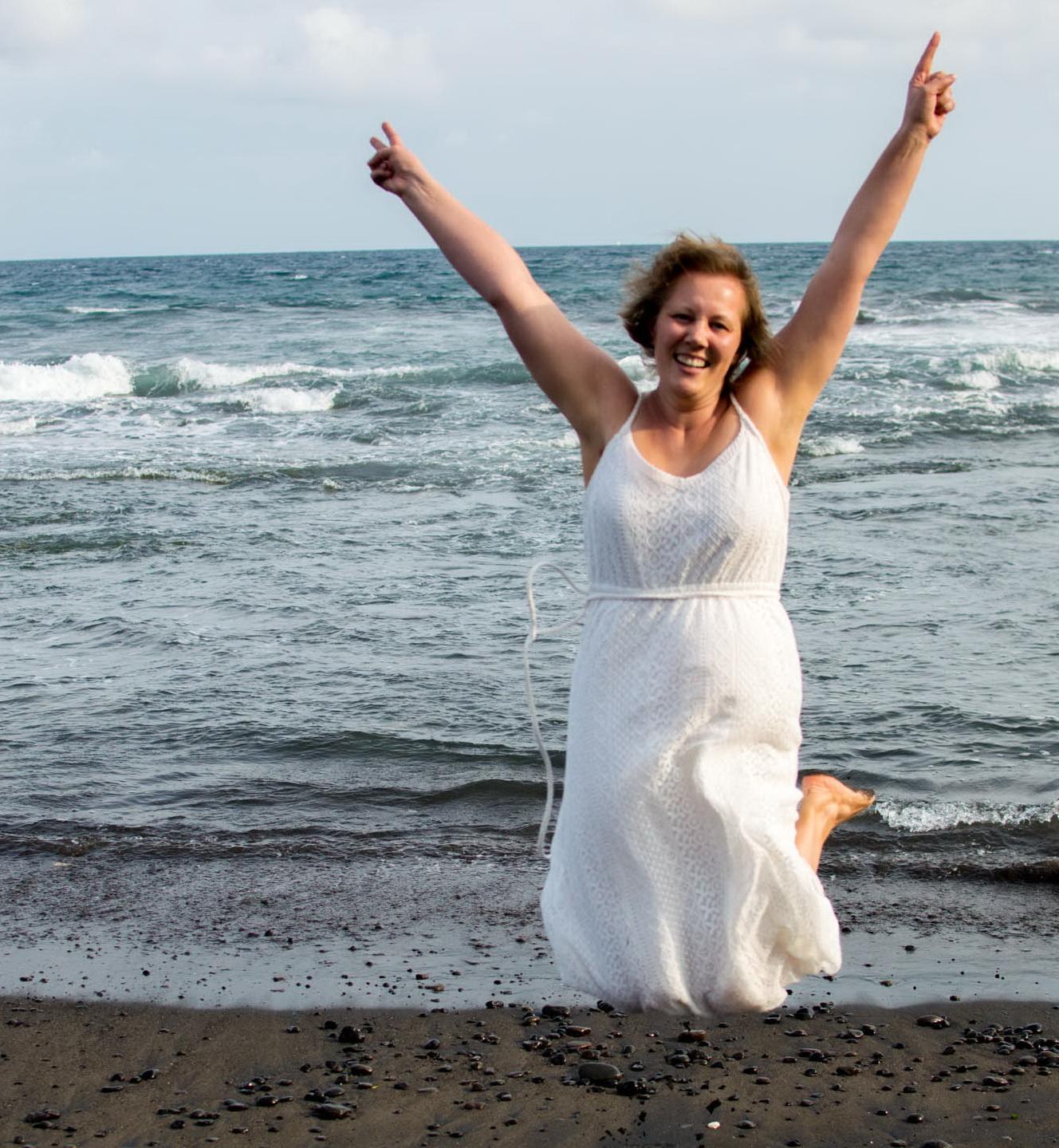 Christine Raab springt energievoll in die Luft am Meer in Bali