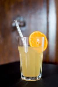 Homemade Limo mit Hanftee von Christine Raab und medihemp Deep Nature Project mit Orange und Glas Strohhalm