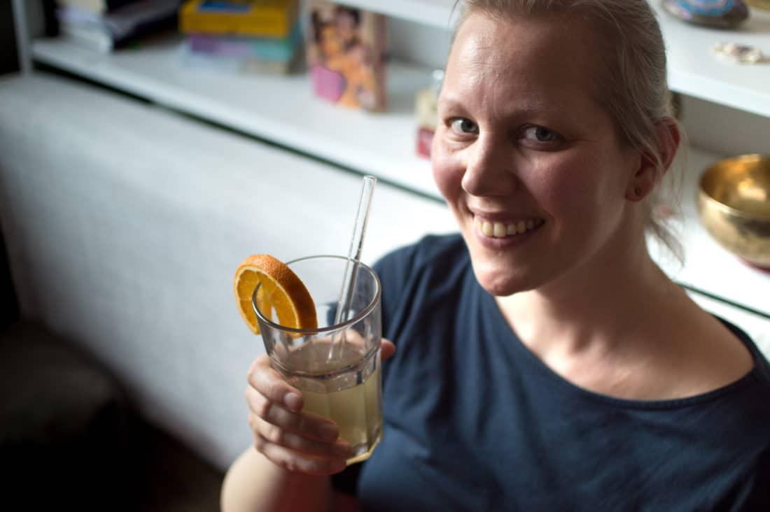 Christine Raab trinkt selbstgemachte Homemade Limo aka Hanftee mit Orange als Wellness zu Hause