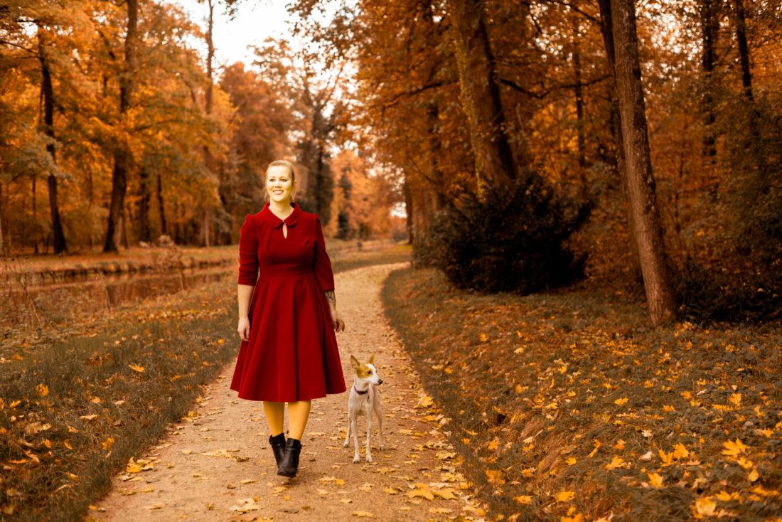 Christine Raab Herbstfoto im roten Kleid zum Blogpost Anleitung zum Brust abtasten