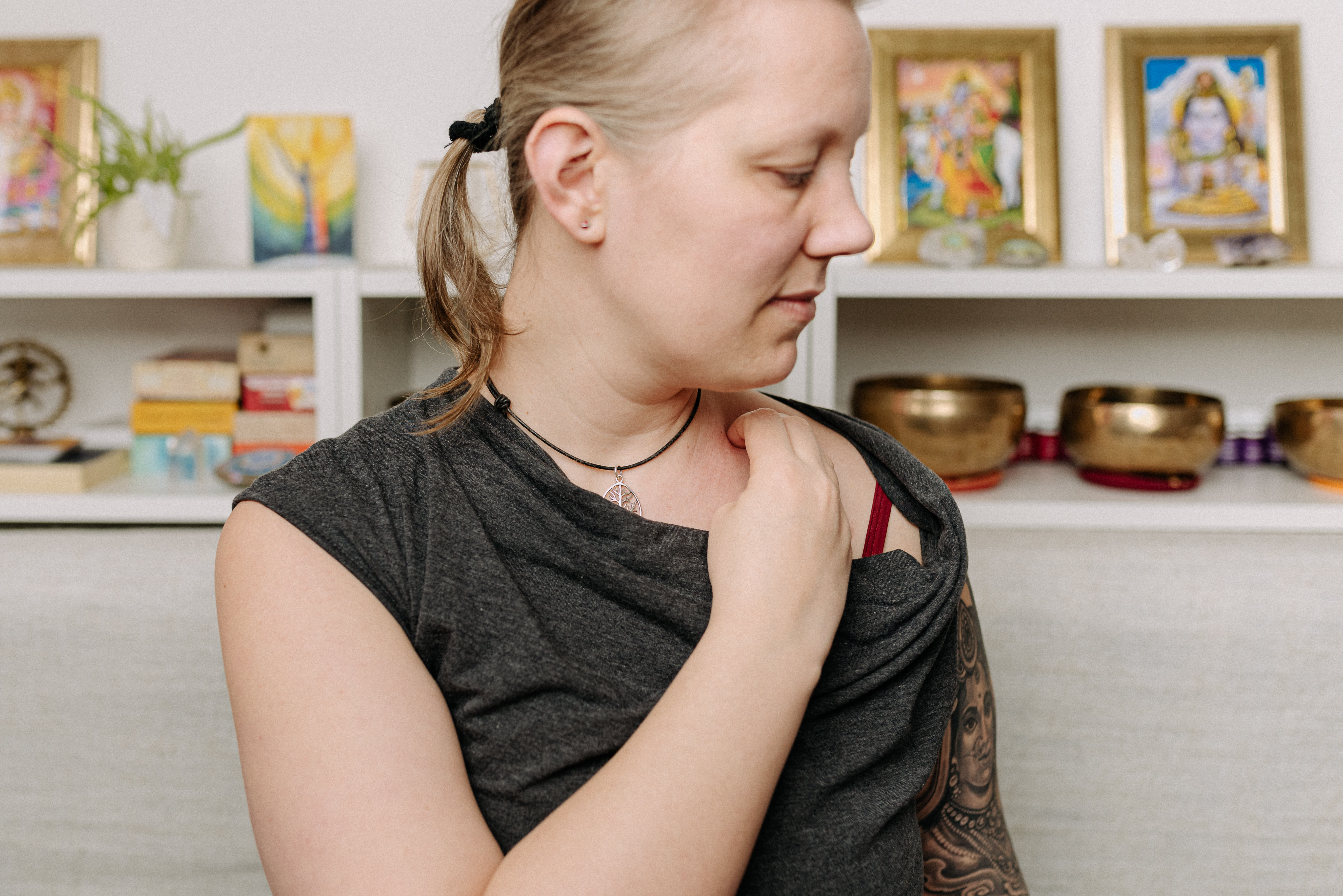 Lymphdrainage zuhause selbst machen Beispielbild von Christine Raab Abflüsse am Venenwinkel frei machen