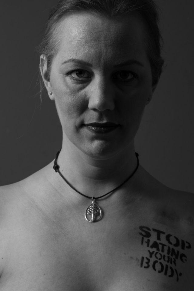 Christine Raab zeigt ihren Koerper nach der Brustkrebs Therapie