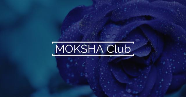 Blaue Blume im Hintergrund mit Text MOKSHA Club
